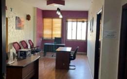 مكتب متكامل للبيع من اثاث و ديكورات و بأيجار رخيص و بموقع مميز في الجاردنز