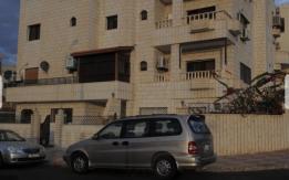 شقة للبيع بالثالثة العقبة مطل علي البحر مأجره دخل شهري ٣٠٠ الطابق الاول